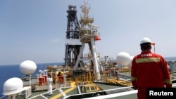 Seorang teknisi perusahaan minyak nasional Turki, TPAO, di anjungan pengeboran migas lepas pantai Yavuz di timur Laut Tengah, perairan Siprus, 6 Agustus 2019. (Foto: Reuters)