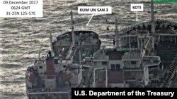 미국 재무부가 지난해 12월 북한의 불법거래를 겨냥한 새 제재조치를 발표하면서, 북한 선박 금운산3호(왼쪽)와 파나마 선적 코티호의 불법 환적 장면을 촬영한 사진을 공개했다.