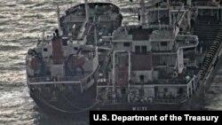 미국 재무부가 지난해 2월 공개한 북한의 불법거래를 겨냥한 새 제재조치를 발표하면서, 북한 선박 금운산 호와 파나마 선적의 코티 호가 해상에서 선박 간 환적을 하는 사진을 공개했다.