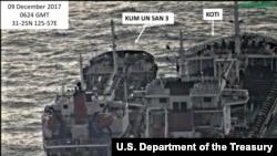 미국 재무부가 지난 2월 북한의 불법거래를 겨냥한 새 제재조치를 발표하면서, 북한 선박 금운산 호와 파나마 선적의 코티 호가 지난해 12월 해상에서 선박 간 환적을 하는 사진을 공개했다. (자료사진)