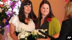 Julia Fraser y Jessica Rohrbacher contrajeron matrimonio instantes después del fallo en Portland, Oregón.