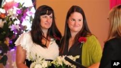 Julia Fraser dan pasangannya Jessica Rohrbacher menikah di Portland, negara bagian Oregon. (AP/Steve Dykes)
