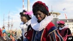 """Para """"Zwarte Piet"""" atau """"Piet Hitam"""" dalam sebuah parade Sinterklas di Amsterdam, Belanda. (AP/Margriet Faber)"""