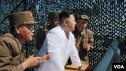北韓領導人金正恩。(白衣者)
