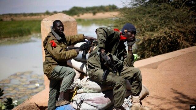 Abasirikare b'igihugu ca Mali, bacunze ikiraro cinjira mu gisagara ca Gao aho umwiyahuzi yagerageje kwiturikirizako ikibombe.