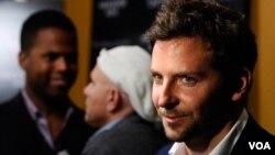 """Otros actores que han recibido la etiqueta del """"más sexy"""" incluyen a George Clooney, Brad Pitt, Johnny Depp, Hugh Jackman y Ryan Reynolds."""
