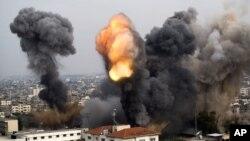 Dim iznad grada Gaze nakon izraelskog vazudušnog napada