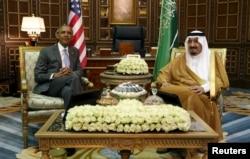 U.S. President Barack Obama, left, meets with Saudi King Salman at Erga Palace upon his arrival for a summit meeting in Riyadh, Saudi Arabia, April 20, 2016.