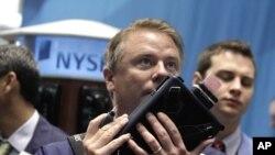 ພວກພຄາຫຸນ ລົມໂທລະສັບເລອງຫຸນ ຢູຕະຫລາດ Wall Street ທນະຄອນນິວຢອກ, ວັນທີ 11 ສິງຫາ 2011.