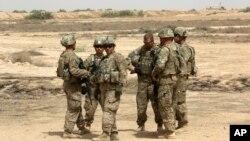 سربازان امریکایی نیروهای عراقی را در پسگیری شهر موصل از داعش کمک میکنند