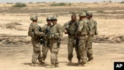 지난 5월 이라크 바그다드 외곽 지역에서 미군들이 이라크 정부군과 합동 군사훈련을 준비하고 있다. (자료사진)