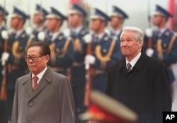 1997年11月10日,俄罗斯总统叶利钦和中国主席江泽民在天安门广场的欢迎仪式上,身后是仪仗队