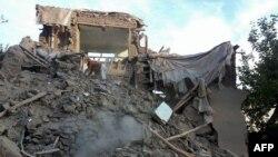 Bangunan rusak akibat gempa di desa Raman Kheel, lembah Panjshir, Afghanistan (26/10).