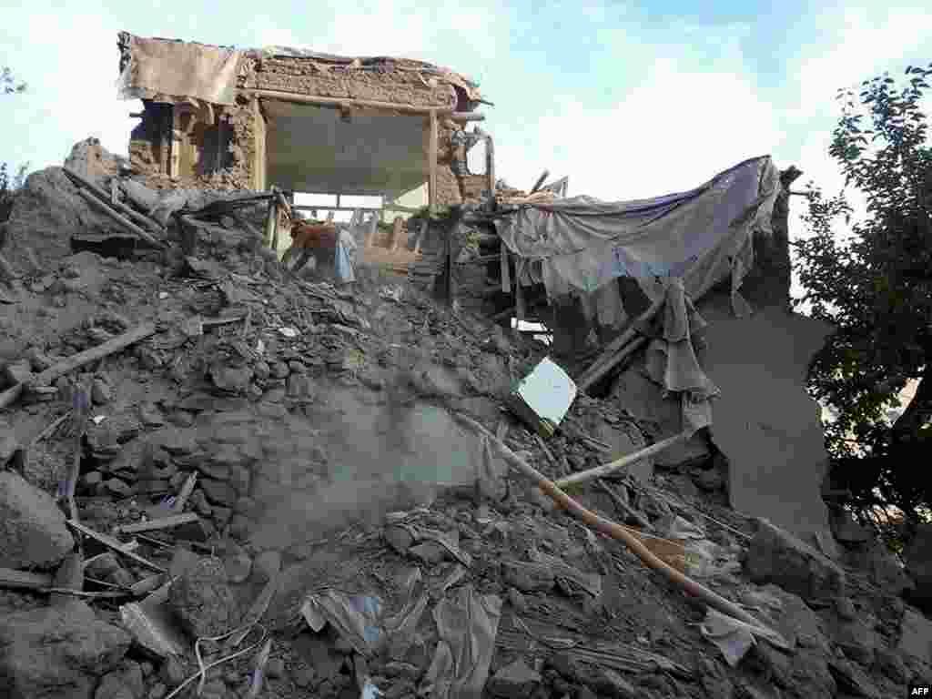 افغانستان میں زلزلے کے باعث حکام نے مرنے والوں کی تعداد 70 بتائی ہے۔