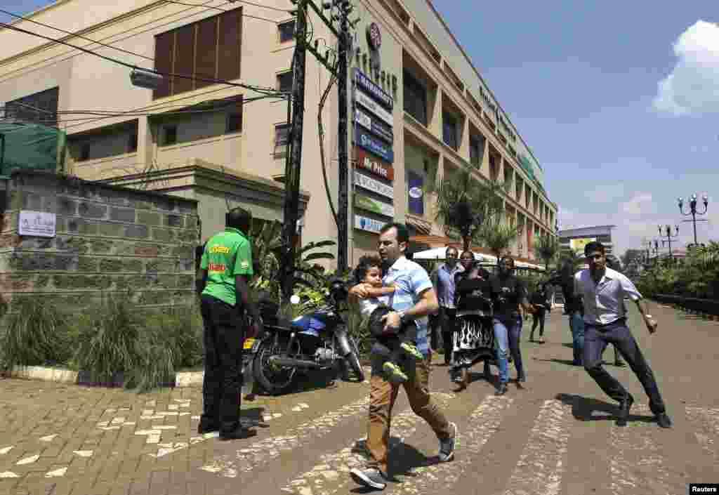 2013年9月21日,在遭到袭击的内罗毕韦斯特盖特购物中心,顾客们在枪手与警方交火后纷纷逃离。