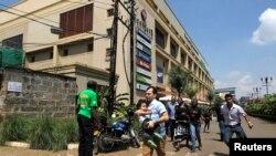 Gradjani beže iz mola nakon pucnjave izmedju neidentifikovanih napadača i policije u Vestgejt molu u Najrobiju, Kenija