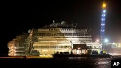 El Costa Concordia ya enderezado frente a las islas de Giglio, en Italia.