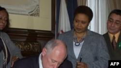 Thống đốc Pat Quinn ký ban hành luật bãi bỏ án tử hình ở bang Illinois