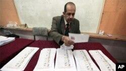 Một nhân viên phụ trách bầu cử trong thành phố Alexandria của Ai Cập đếm phiếu