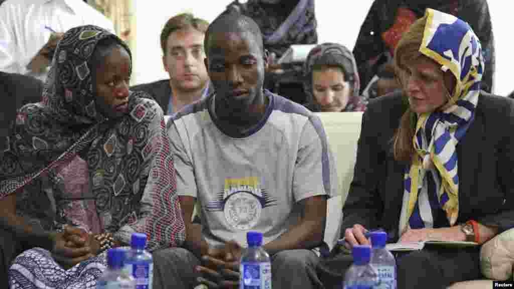 Jakadiyar Amurka a MDD Samantha Power da Fanta Oulen Camara, 24 da Dr. Oulare Bakarya a Conakry, Guinea, Oktoba 26, 2014.