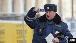 Cảnh sát Nga chụp hình biển số của một chiếc xe vi phạm luật lệ giao thông tại Moscow, ngày 25/1/2011