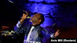 """""""Youri a l'âme de l'Afrique"""" -Youssou Ndour, que l'on voit ici au 50è Festival international de Carthage, Tunisie, le 1er août 2014."""