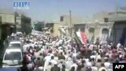 Na fotografiji, koju je na internet postavila novinska mreža Šaam, se navodno vide demonstranti u Homsu, 5. avgusta 2011. (sadržaj i datum ove fotografije nije potvrđen iz nezavisnih izvora)