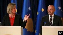 Visoka predstavnica EU Federika Mogerini i premijer Kosova Isa Mustafa na konferenciji za novinare u Prištini