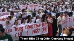 """Reuters, hãng tin Anh có văn phòng đại diện ở Việt Nam, cũng đưa tin về các cuộc tuần hành ở miền Trung. Hãng này dẫn lời các nhân chứng nói rằng """"hàng nghìn người đã tham gia cuộc tuần hành ôn hòa"""" """"kéo dài 2 giờ đồng hồ"""" ở Hà Tĩnh để phản đối Luật Đặc khu và Luật An ninh Mạng. Reuters cũng đề cập tới việc an ninh được tăng cường ở các địa điểm công cộng."""