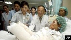 Thủ tướng Thái Lan Yingluck Shinawatra thăm một nạn nhân của các vụ đánh bom hôm thứ Bảy tại một bệnh viện ở Hat Yai, tỉnh Songkhla, miền nam Thái Lan, ngày 2/4/2012