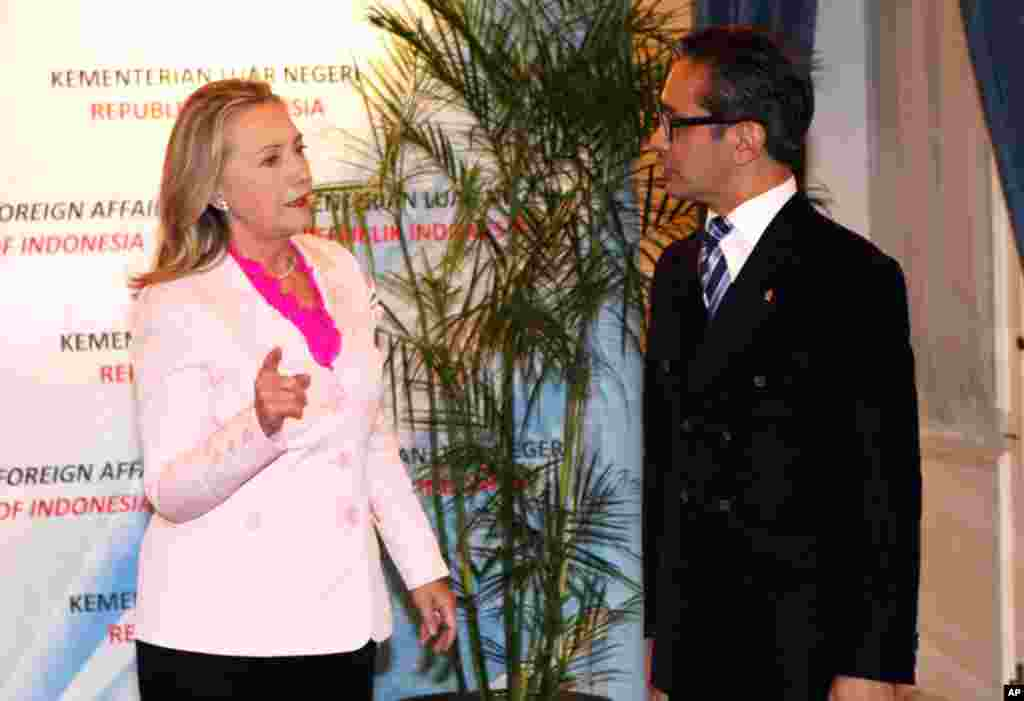 Clinton talks to Indonesian Foreign Minister Marty Natalegawa prior to their meeting in Jakarta, September 3, 2012.