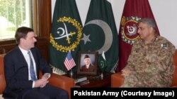 카마르 자베드 바지와 파키스탄 육군 참모총장(오른쪽)이 23일 데이비드 헤일 미국 대사를 만나 도널드 트럼프 대통령의 새 아프간 정책에 대해 논의하고 있다.