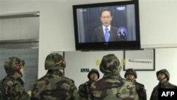 Binh sĩ Thủy quân Lục chiến Nam Triều Tiên theo dõi bài diễn văn của Tổng thống Lee Myung-bak trên truyền hình sau vụ pháo kích gây chết người của Bắc Triều Tiên