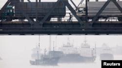 지난 2013년 북한 신의주에서 중국 단둥으로 향하는 화물차들이 '조중친선다리' 위로 압록강을 건너고 있다.