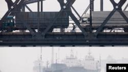 2013年6月7日鴨綠江友誼大橋(連接中國丹東和北韓新義州)上行駛的貨車。