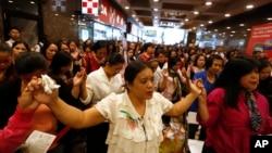 Nhiều phụ nữ Philippines đi làm ở nước ngoài, đa số làm người giúp việc trong nhà.
