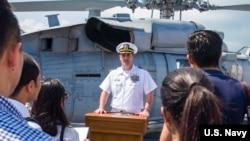 """美国""""蒙哥马利号""""濒海战舰(USS Montgomery)舰长爱德华·罗索(Edward Rosso)2019年7月8日在新加坡接待媒体采访(美国海军图片)"""