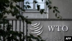 Logo của Tổ chức Thương mại Thế giới (WTO) tại trụ sở của WTO ở Geneva, ngày 21/9/2018. WTO giải quyết các cuộc tranh chấp thương mại của các nước thành viên.(Photo by Fabrice COFFRINI / AFP)