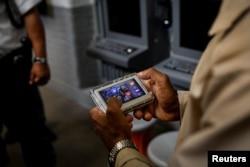 Napi Marvin Worthy menggunakan perangkat tablet JPay miliknya di dalam Penjara Negara Bagian East Jersey di Rahway, New Jersey, AS, 12 Juli 2018. Gambar diambil 12 Juli 2018. (REUTERS/Brendan McDermid)