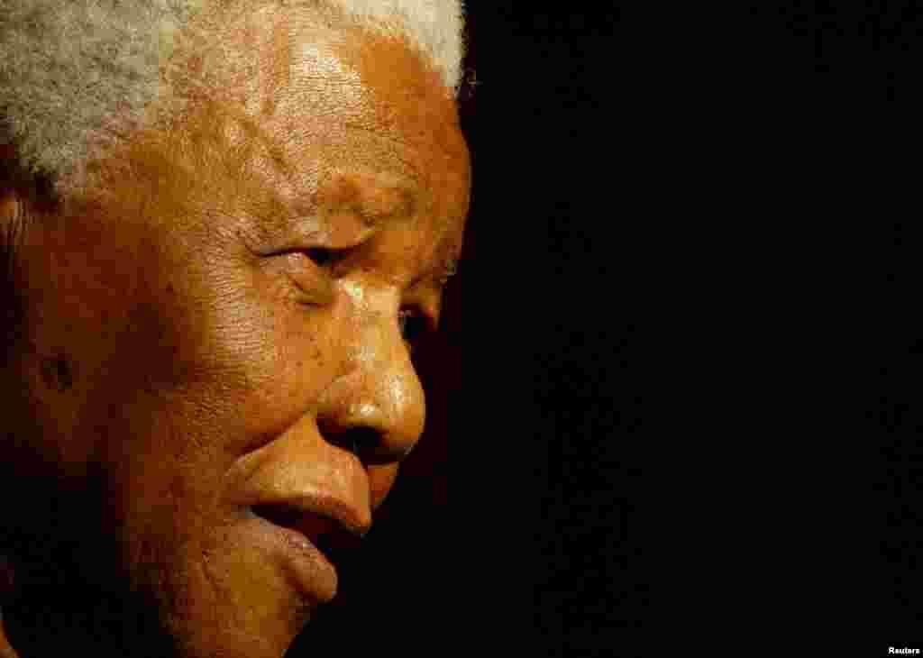 جنوبی افریقہ میں نسلی امتیاز کے خلاف طویل عرصے تک جدوجہد کی علامت، نیلسن منڈیلا 95 برس کی عمر میں جمعرات کو جوہانسبرگ میں انتقال کر گئے۔