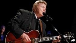 Archivo - Roy Clark, actúa tras ser introducido al Salón de la Fama de la Música Country en Nashville, el 17 de mayo de 2009.
