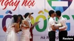 Hai cặp đôi đồng tính hôn nhau trong đám cưới công khai ở Hà Nội, ngày 27/10/2013.