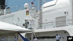 在移交式上,美国海岸警卫队员立正站在退役的巡逻船达拉斯号上。这艘武装船转交给菲律宾海军。 (2012年5月22日)