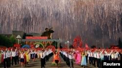 북한 7차 노동당대회가 끝난 다음날인 10일 평양에서 북한 주민들이 불꽃놀이와 함께 군무를 펼치고 있다. (자료사진)