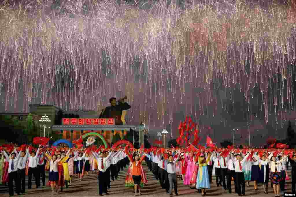 កាំជ្រួចត្រូវបានបាញ់បង្ហោះឡើង ពីក្រោយអ្នកចូលរួមក្បួនដង្ហែរដ៏ធំមួយនៅឯកន្លែងប្រារព្ធពិធីបុណ្យ មួយថ្ងៃបន្ទាប់ពីគណបក្សកាន់អំណាចWorker's Party of Korea បញ្ចប់សមាជជាលើកដំបូងក្នុងរយៈពេល៣៦ឆ្នាំចុងក្រោយ ក្នុងទីក្រុងព្យុងយ៉ាង កូរ៉េខាងជើង កាលពីថ្ងៃទី១០ ខែឧសភា ឆ្នាំ២០១៦។