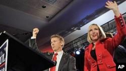 当选为参议员的兰德.保罗与其妻子抵达庆祝胜选现场
