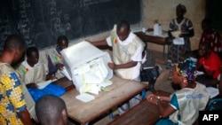 选举工作人员点票