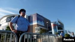 Seorang polisi berjaga-jaga di luar Wells Fargo Center, tempat berlangsungnya Konvensi Nasional Partai Demokrat 2016 di Philadelphia, Pennsylvania (24/7). (Reuters/Bryan Woolston)