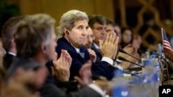 美国国务卿克里(中)出席在开罗召开的美埃战略对话会议。 (2015年8月2日)