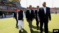 Thủ tướng Ấn Độ Manmohan Singh và Thủ tướng Pakistan Yousaf Raza Gillani đến gặp các đội bóng trước khi bắt đầu trận đấu Cricket, 30/3/2011